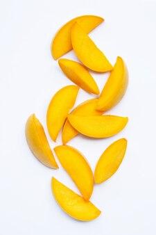 Тропические фрукты, ломтики манго на белом фоне. вид сверху