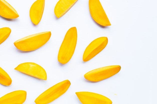 Тропические фрукты, ломтики манго на белом.