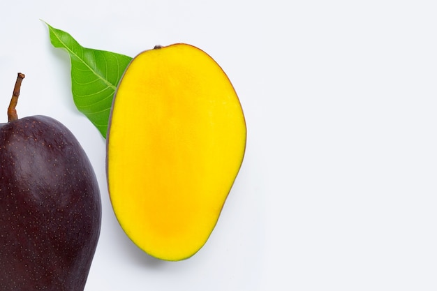 Тропический фрукт, манго. вид сверху
