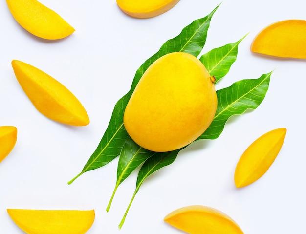 Тропические фрукты, манго с листьями на белой поверхности. вид сверху