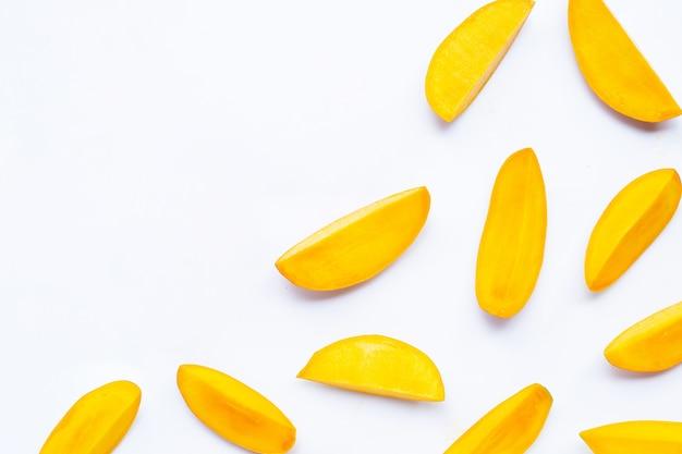Тропические фрукты ломтики манго изолированные
