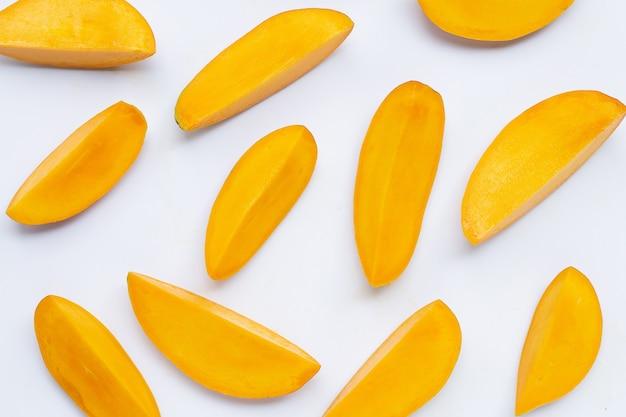 Ломтики тропических фруктов ломтиков манго изолированные