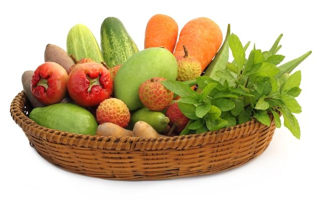 바구니에 열대 과일과 야채