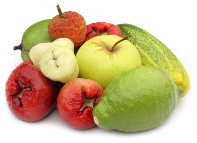 흰색 배경 위에 열 대 과일과 야채