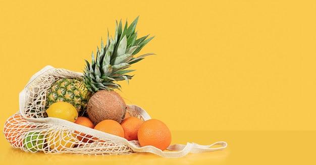 재사용 가능한 가방에 담긴 열대 과일