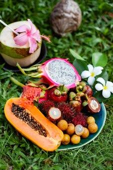 잔디에 아시아 지역 태국의 열대 과일