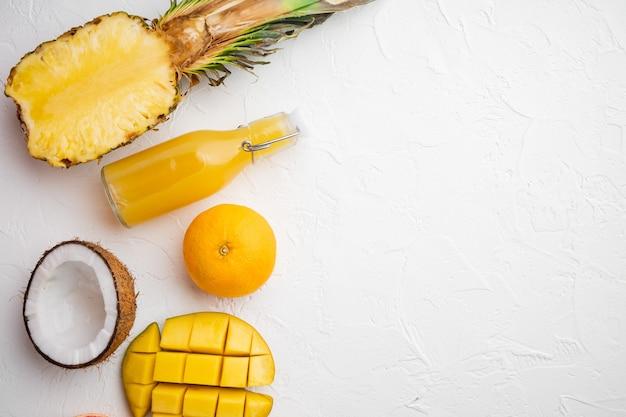 열대 과일, 파인애플, 망고, 오렌지 세트, 흰색 돌 테이블 배경, 상위 뷰 평면 누워, 텍스트 복사 공간
