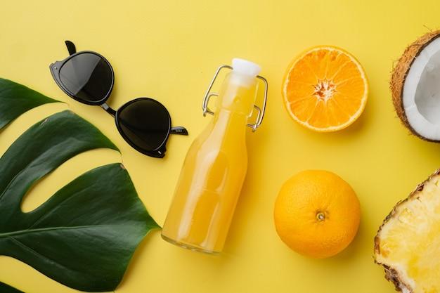 열대 과일, 파인애플, 망고, 오렌지 세트, 노란색 질감 여름 배경, 평면도 평면 누워