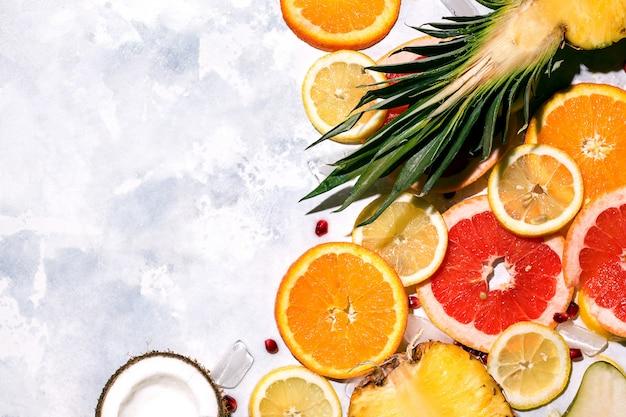 Тропические фрукты ананас, апельсин, лимон, кокос на конкретном пространстве. копировать пространство