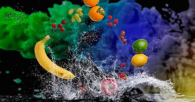 水しぶきで水に落ちるトロピカルフルーツ