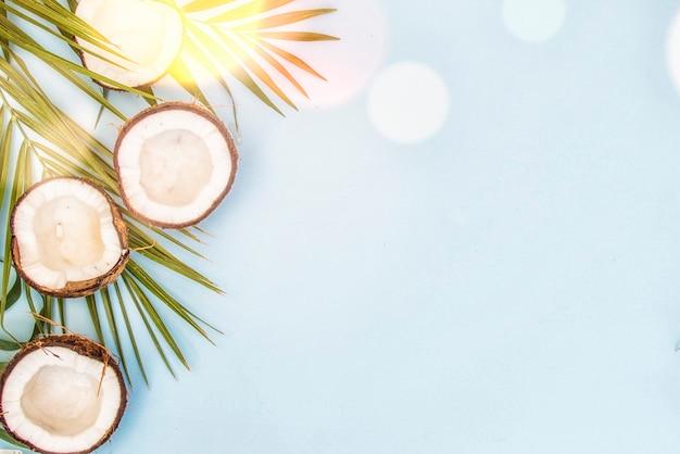 Тропические зеленые листья пальмовых листьев и кокосов