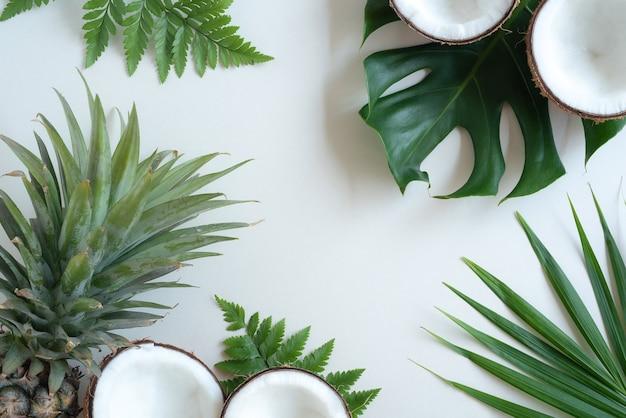 열대 녹색 야자수 잎과 코코넛 배경에 금이 간 코코넛 자연 개념 평면이 평면도에 있습니다.