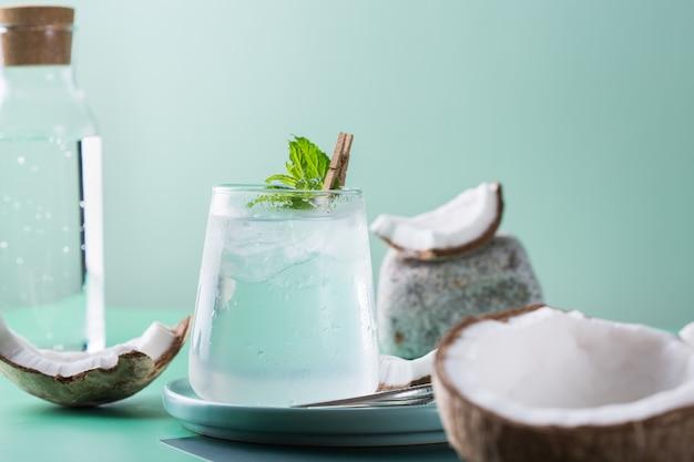 Тропический крепкий зельтер-коктейль с кокосовой водой и льдом