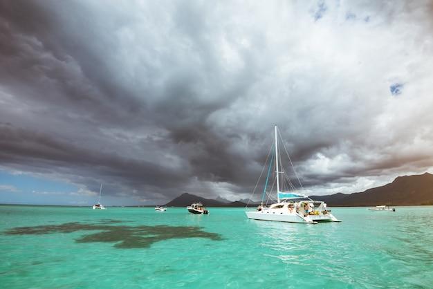 Вид на тропический остров. темное грозовое небо с серыми облаками