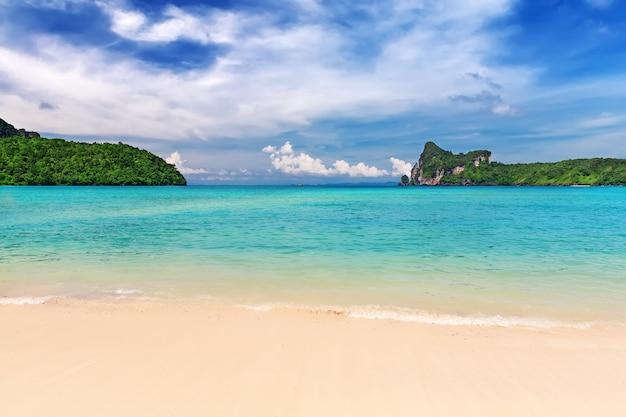 리조트가있는 열대 섬-피피 섬, 크라비 주, 태국.