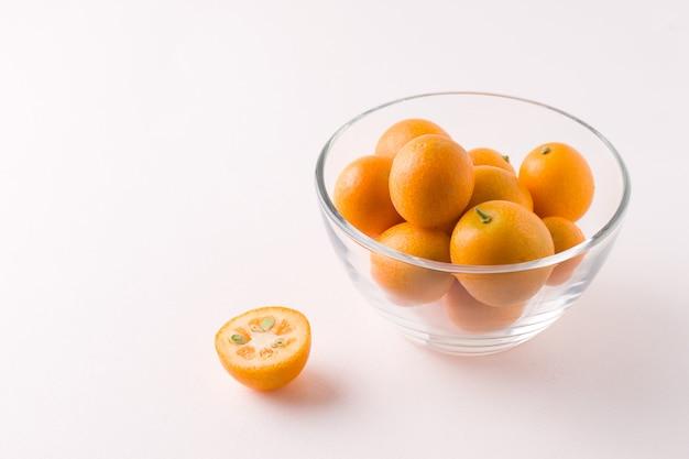 Тропический фрукт кумкват в миске