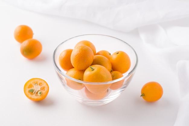 Тропический фрукт кумкват в стакане