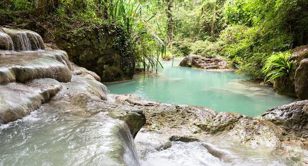 熱帯湖とエラワンの滝