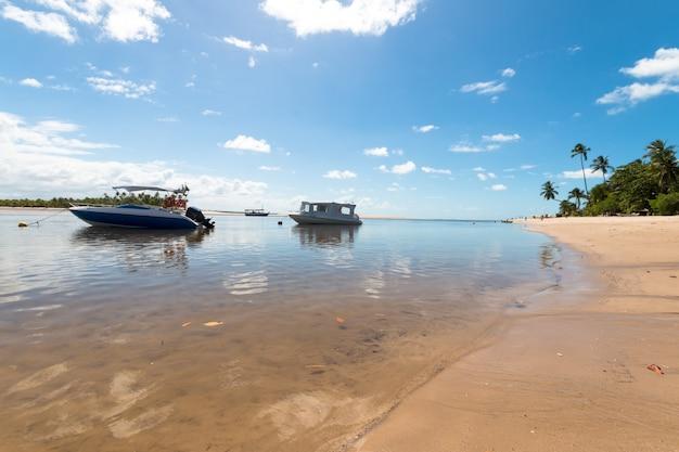 Boipeba 바이아 브라질 섬에 보트와 해변 열 대 풍경.