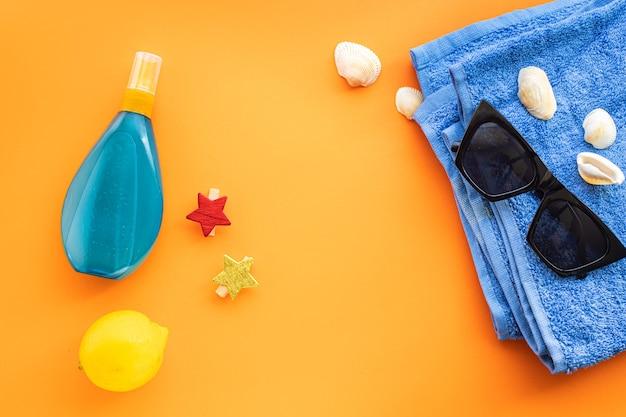 トロピカルリーフビーチアクセサリー旅行休暇夏の背景日焼け止めボトルローションサングラス貝殻レモンリラックスムード