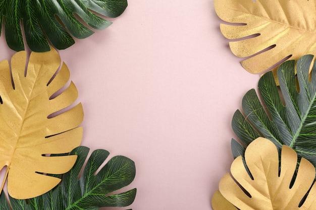 열 대 잎 금, 분홍색 바탕에 녹색. 열대 야자수. 추상 현대 배경입니다. 해변 벽지.