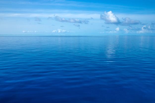 하얀 모래 해변과 바다와 열대 몰디브 섬