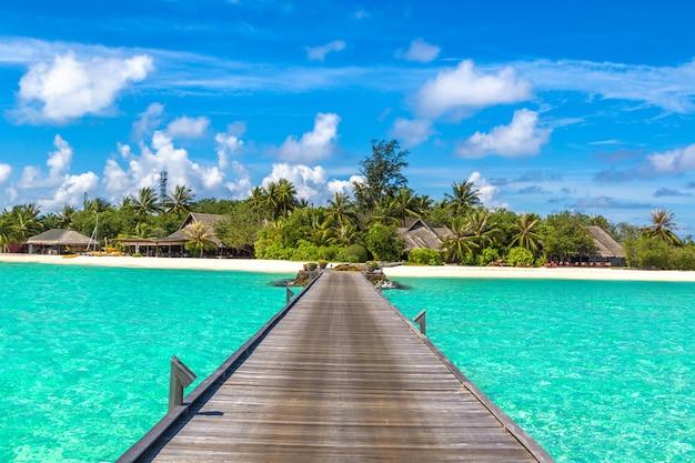 Тропический курорт на мальдивах и солнечное небо