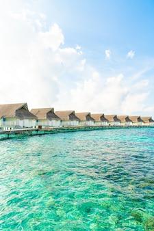 Тропический курортный отель на мальдивах и остров с пляжем и морем для концепции отпуска