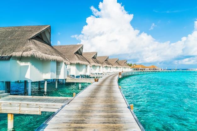 トロピカルモルディブリゾートホテルと休日の休暇の概念のためのビーチと海の島
