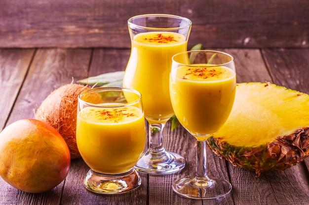 Тропический молочный коктейль с ингредиентами