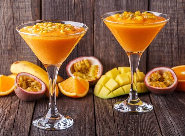 Тропический молочный коктейль с ингредиентами.