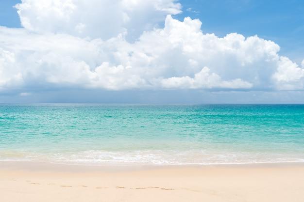 Чистый пляж тропической природы и белый песок в летний сезон с голубым небом солнца.