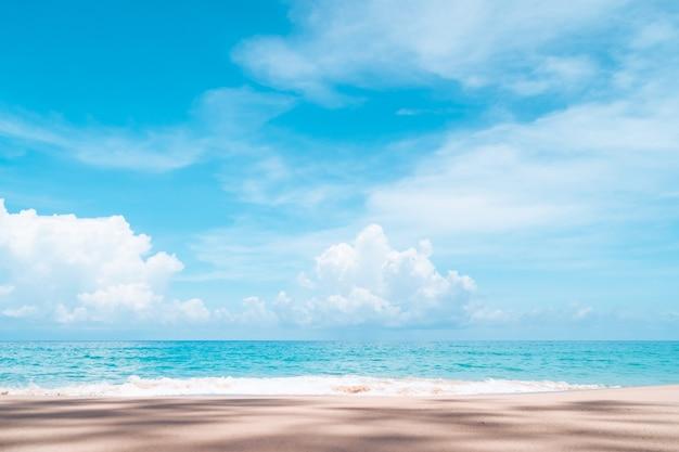 Пляж тропической природы чистый и белый песок летом с голубым небом солнца и предпосылкой боке.