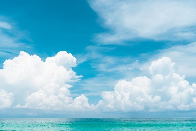 熱帯の自然のきれいなビーチと夏の白い砂浜と太陽の水色の空とボケ味の背景。