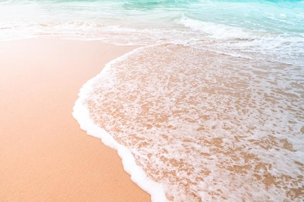 Пляж тропической природы чистый и белый песок летом с голубым небом солнца и боке.