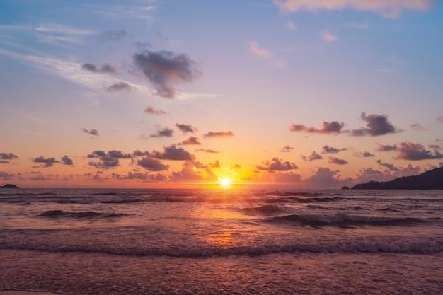 熱帯の自然の海やビーチで夏の日の出や日の入り、光のフレア。