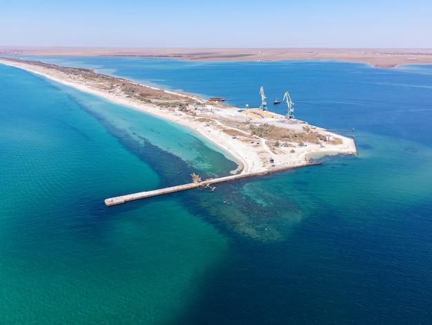 エキゾチックなターコイズブルーの海と海の湖の砂州を分ける熱帯の砂浜