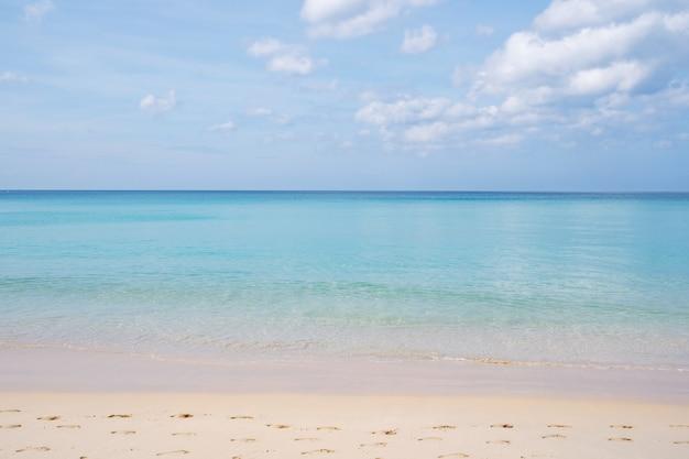 푸른 바다와 자연 배경 또는 수에 대한 맑고 푸른 하늘 배경 이미지와 열 대 모래 해변