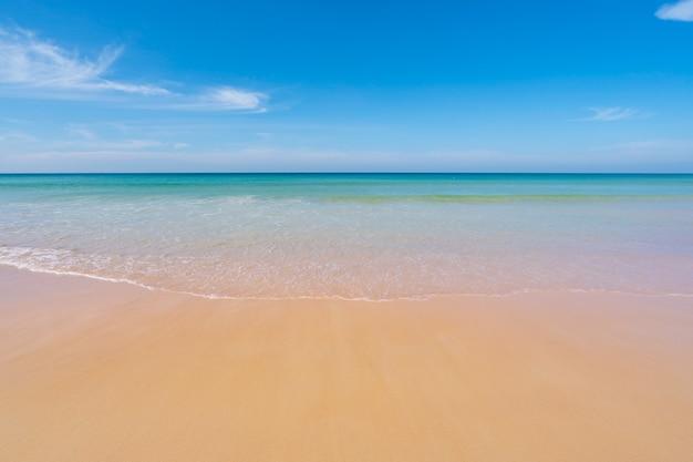푸른 바다와 맑고 푸른 하늘 배경으로 열 대 모래 해변 자연 배경 또는 여름 배경 이미지 푸켓 태국에서 놀라운 해변입니다.