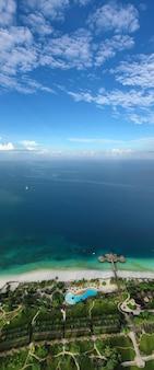 Тропическое море. удивительный вид с высоты птичьего полета на занзибаре