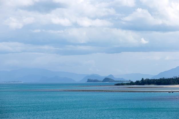 열대 바다와 푸른 하늘