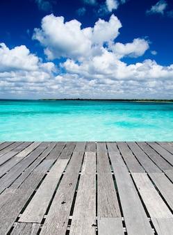 Тропическое море под голубым небом