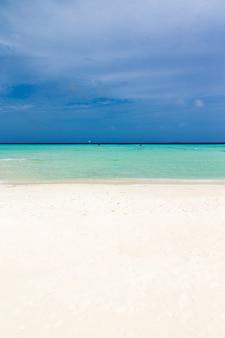 Тропическое море и голубое небо.