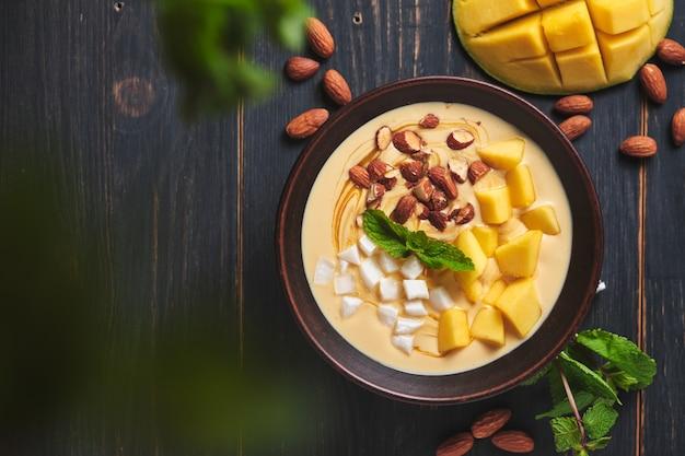 Тропический смузи с бананом, манго, кокосом и орехами