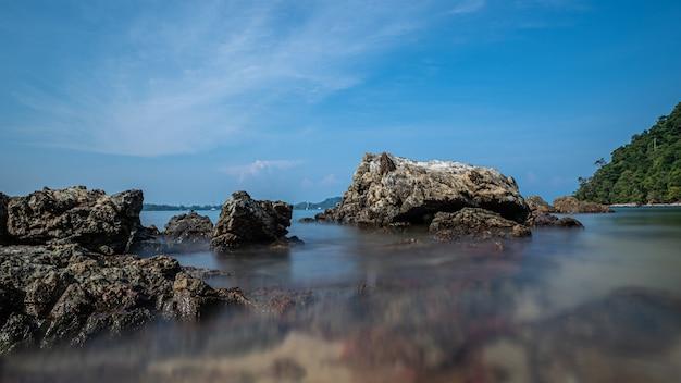 Тропический каменный морской пляж