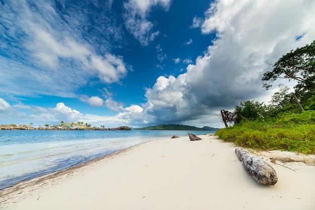 インドネシアの海岸線と風光明媚なビーチの沖合の熱帯嵐