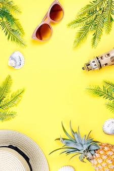 Концепция тропического лета с женщина модные аксессуары, листья и ананас на желтом фоне. плоская планировка, вид сверху