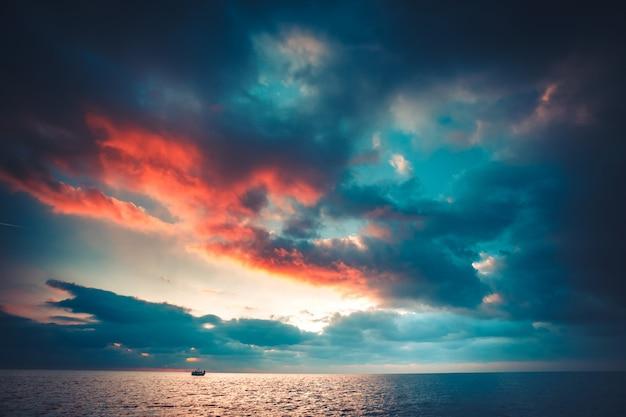 ビーチで熱帯の夕日