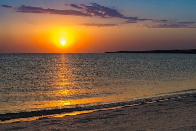 ビーチの熱帯の夕日