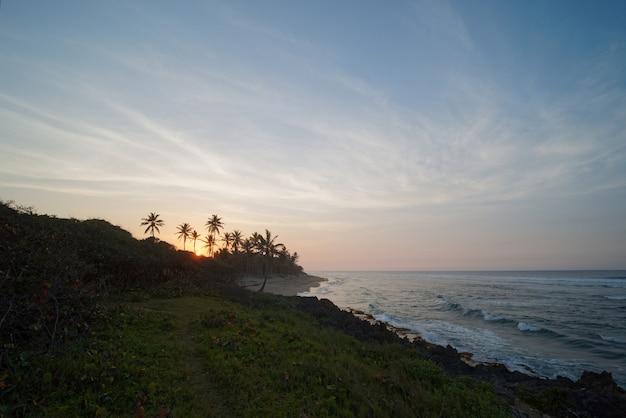 석양에 열 대 서핑 해변입니다. 도미니카 공화국. 광각 샷입니다.